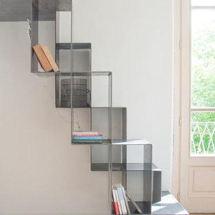 Idee per una piccola scala a rampa dritta contemporanea con pedata in metallo e alzata in metallo