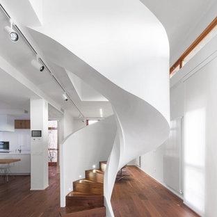 Idee per una scala curva minimal con pedata in legno e alzata in legno