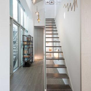 Ejemplo de escalera recta, actual, sin contrahuella, con escalones de madera