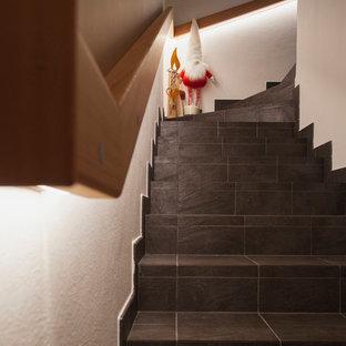 Modelo de escalera en U, rústica, pequeña, con escalones de pizarra, contrahuellas de pizarra y barandilla de madera