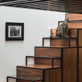 Ispirazione per una scala a rampa dritta industriale di medie dimensioni con pedata in legno e alzata in legno