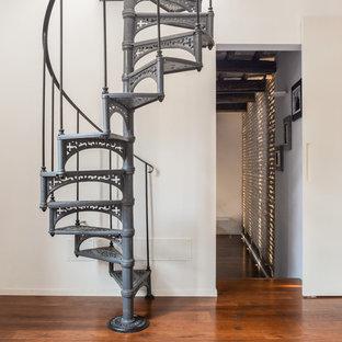 Ispirazione per una scala a chiocciola industriale con pedata in metallo, nessuna alzata e parapetto in metallo