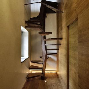 Modelo de escalera de caracol, ecléctica, pequeña, sin contrahuella, con escalones de madera