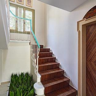 """Immagine di piccole scale a """"U"""" classiche con pedata in legno e alzata in legno"""