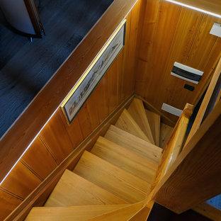 他の地域の小さい木のラスティックスタイルのおしゃれなかね折れ階段 (木の蹴込み板、木材の手すり) の写真