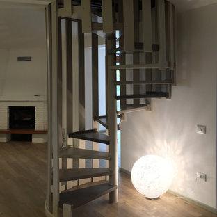 他の地域の広いアクリルのコンテンポラリースタイルのおしゃれな階段 (混合材の手すり) の写真