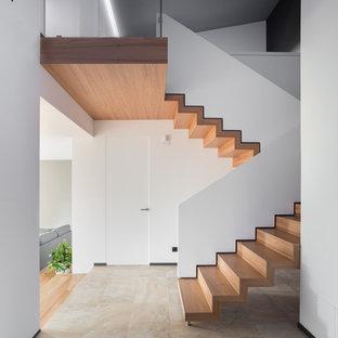 """Esempio di una scala a """"U"""" minimal con pedata in legno e alzata in legno"""