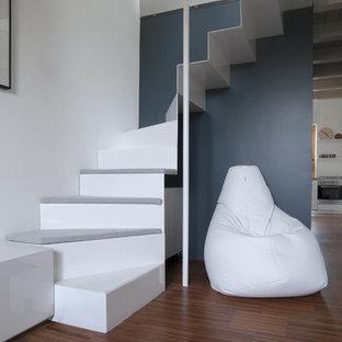 Diseño de escalera en L, contemporánea, pequeña, con escalones de metal y contrahuellas de metal