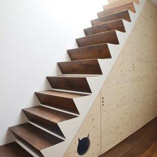 Modelo de escalera recta, nórdica, de tamaño medio, con escalones de madera y contrahuellas de madera