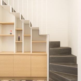Foto de escalera recta, escandinava, con escalones de metal y contrahuellas de metal