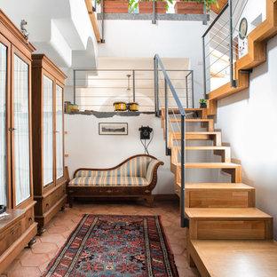 Ejemplo de escalera en U, mediterránea, sin contrahuella, con escalones de madera y barandilla de cable