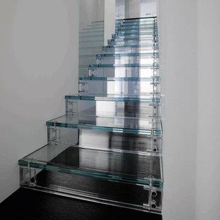 Idéer för en modern rak trappa i glas, med sättsteg i glas