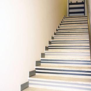 Modelo de escalera recta, tradicional renovada, pequeña, con escalones con baldosas y contrahuellas con baldosas y/o azulejos