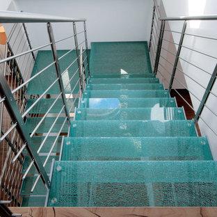フィレンツェの巨大なガラスのコンテンポラリースタイルのおしゃれな階段の写真