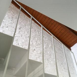 Modelo de escalera en U, actual, pequeña, con escalones de metal, contrahuellas de metal y barandilla de metal