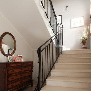 Aménagement d'un escalier classique en U de taille moyenne avec des marches en marbre, des contremarches en marbre et un garde-corps en métal.