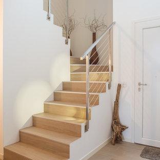 """Idee per una scala a """"U"""" minimalista di medie dimensioni con pedata in legno e alzata in legno"""