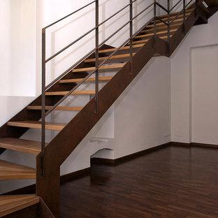 Exemple d'un escalier industriel de taille moyenne avec des marches en bois.