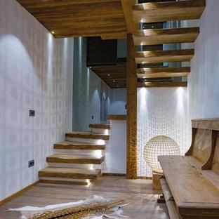 Modelo de escalera en U, rural, de tamaño medio, sin contrahuella, con escalones de madera