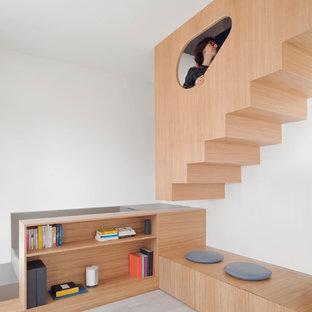 """Esempio di una piccola scala a """"L"""" moderna con pedata in legno, alzata in legno e parapetto in legno"""