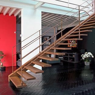 ミラノの中サイズの金属製のコンテンポラリースタイルのおしゃれな階段の写真
