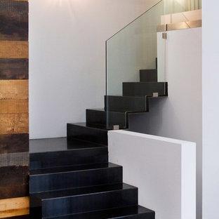 Modelo de escalera en L, actual, pequeña, con escalones de metal y contrahuellas de metal