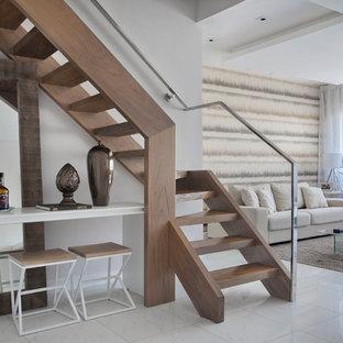 Diseño de escalera contemporánea, sin contrahuella, con escalones de madera y barandilla de metal