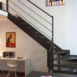 Diseño de escalera en L, industrial, extra grande, sin contrahuella, con escalones de metal y barandilla de metal