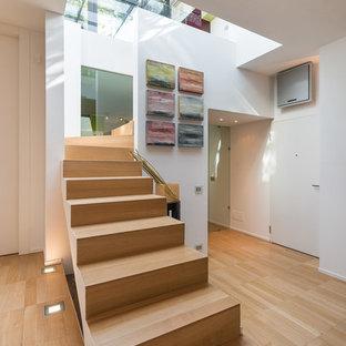 "Foto di una scala a ""U"" minimal di medie dimensioni con pedata in legno e alzata in legno"