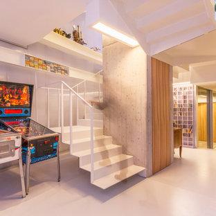 Ejemplo de escalera suspendida, contemporánea, de tamaño medio, con escalones de metal, contrahuellas de metal y barandilla de metal