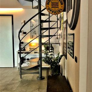 Diseño de escalera de caracol, actual, pequeña, sin contrahuella, con escalones de metal y barandilla de metal