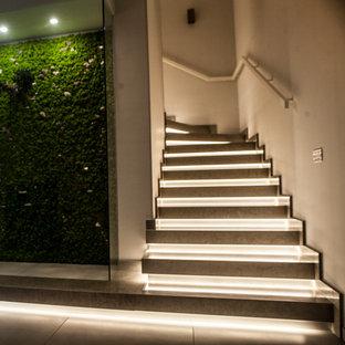 """Idee per una scala a """"L"""" minimalista di medie dimensioni con pedata in marmo, alzata in metallo e parapetto in metallo"""