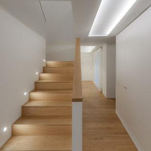 Imagen de escalera en U, escandinava, con escalones de madera, contrahuellas de madera y barandilla de madera
