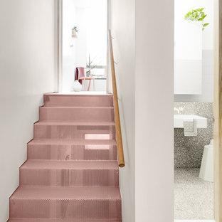 Diseño de escalera recta, industrial, con escalones de metal, contrahuellas de metal y barandilla de madera