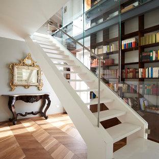Ejemplo de escalera en L, tradicional renovada, extra grande, sin contrahuella, con escalones de mármol y barandilla de metal