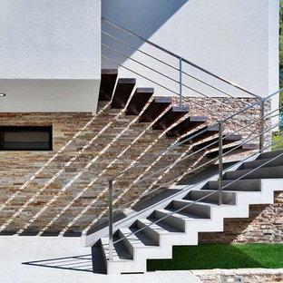 На фото: лестница в современном стиле с бетонными ступенями и бетонными подступенками с