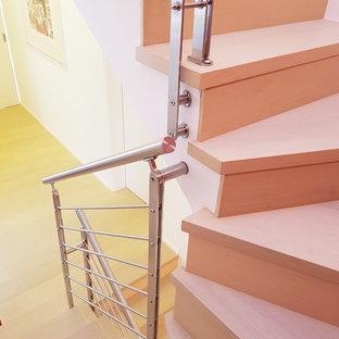 Ejemplo de escalera en U, actual, de tamaño medio, con barandilla de metal