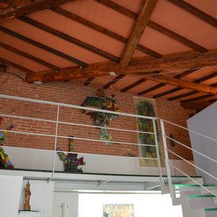 Imagen de escalera recta, minimalista, de tamaño medio, sin contrahuella, con escalones de vidrio y barandilla de metal