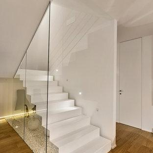 Diseño de escalera suspendida, contemporánea, de tamaño medio, con escalones de metal, contrahuellas de metal y barandilla de cable