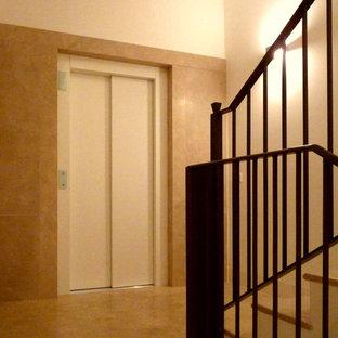 Diseño de escalera recta, clásica, de tamaño medio, con escalones de mármol, contrahuellas de mármol y barandilla de metal