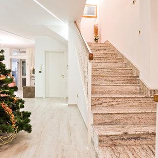 Diseño de escalera recta, escandinava, de tamaño medio, con escalones de mármol, contrahuellas de mármol y barandilla de metal