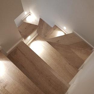 """Esempio di una piccola scala a """"U"""" bohémian con pedata piastrellata, alzata in legno verniciato e parapetto in legno"""