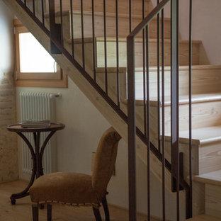 """Ispirazione per una scala a """"U"""" stile shabby di medie dimensioni con pedata in legno, alzata in legno e parapetto in metallo"""