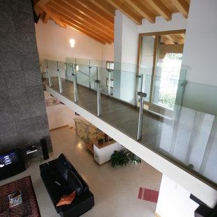 Modelo de escalera suspendida, industrial, extra grande, sin contrahuella, con escalones de madera y barandilla de vidrio