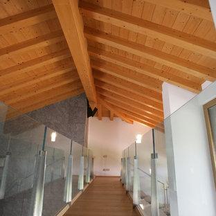Modelo de escalera suspendida, urbana, extra grande, sin contrahuella, con escalones de madera y barandilla de vidrio