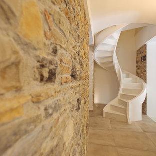 Foto de escalera de caracol, moderna, pequeña, con escalones de mármol y contrahuellas de mármol