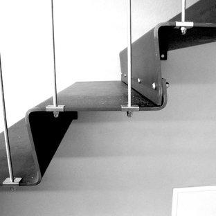 Bild på en liten funkis l-trappa i metall, med sättsteg i metall