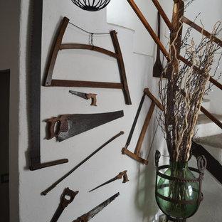 Ejemplo de escalera en U, rústica, grande, con escalones de piedra caliza, contrahuellas de hormigón y barandilla de madera