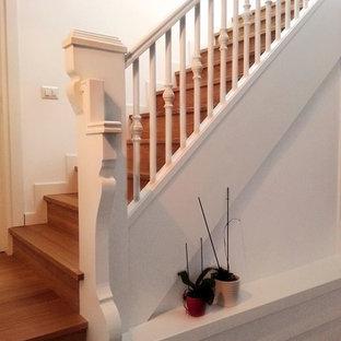 Modelo de escalera en U, romántica, grande, con escalones de madera pintada, contrahuellas de madera pintada y barandilla de madera