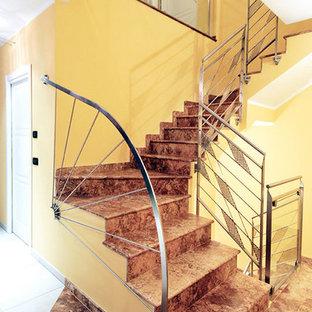 Foto de escalera en L, contemporánea, con escalones de mármol, contrahuellas de mármol y barandilla de metal